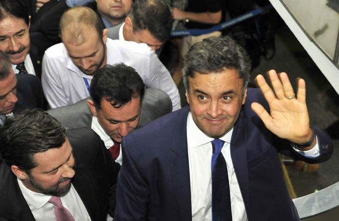 O senador Aécio Neves foi ovacionado e aplaudido durante um voo comercial da GOL. Será que Dilma teria coragem de se expor assim?