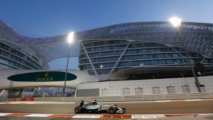 Lewis Hamilton despeja velocidade no belo circuito de Yas Marina, em Abu Dhabi