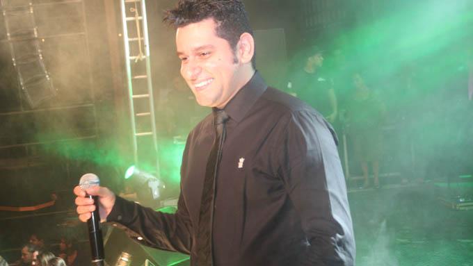 Emocionado, Léo Magalhães cantou novos hits e alguns dos seus inesquecíveis sucessos desses 10 anos de carreira