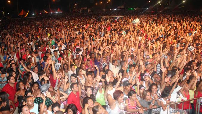 Uma verdadeira multidão de mais de 15 mil pessoas compareceu à Pampulhinha para ver Léo Magalhães cantar os seus sucessos