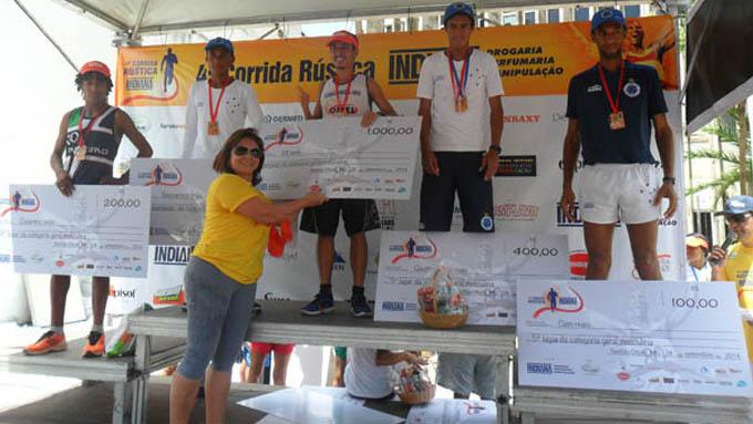 A empresária Mary Mattar entrega o cheque de R$ 1.000 (mil reais) para Rafael Tobias, o vencedor da categoria Geral (Masculina)