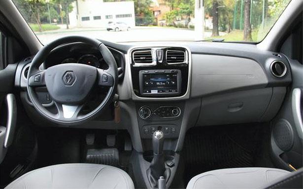 Comandos de controle de velocidade no volante e sistema multimídia bem posicionado