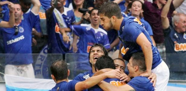 Cruzeiro comemora o primeiro gol da partida, ao abrir o placar no Mineirão