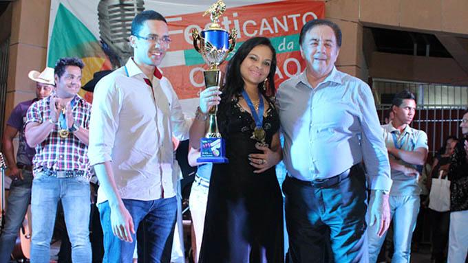 A grande campeã Maya Ribeiro recebeu o seu prêmio de 1ª colocada das mãos do vereador Thalles Contão (esq) e do prefeito Getúlio Neiva (dir)