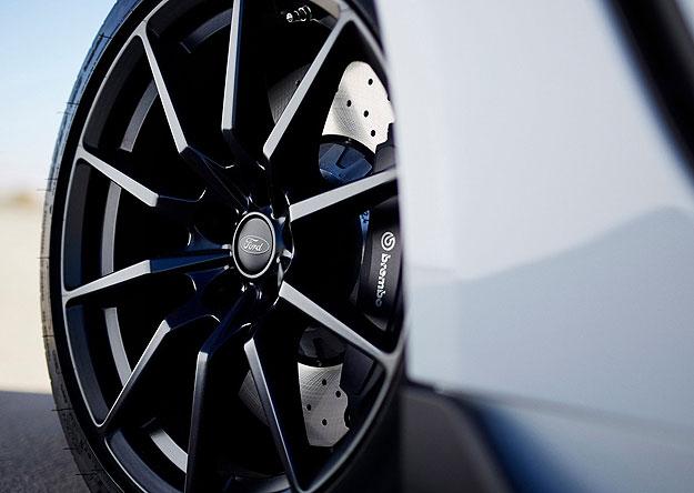 Rodas de alumínio de 19 polegadas e freios Brembo
