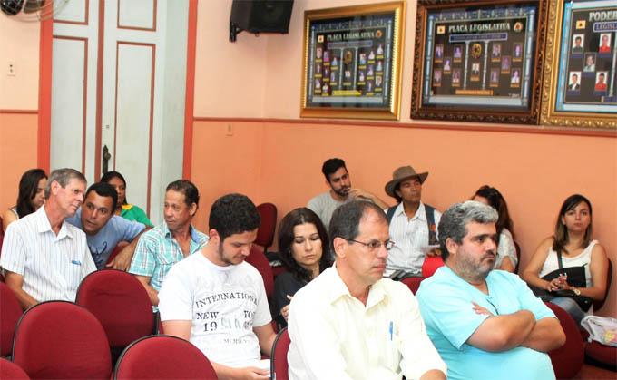 Populares de comunidades atendidas pelo novo contrato quiseram acompanhar a assinatura do novo convênio entre Prefeitura e Copanor (foto: Gabriel Martins)