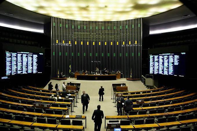 Apesar do aumento, que elevou o salário dos deputados para R$ 33,7 mil, os parlamentares trabalharão no máximo nove dias