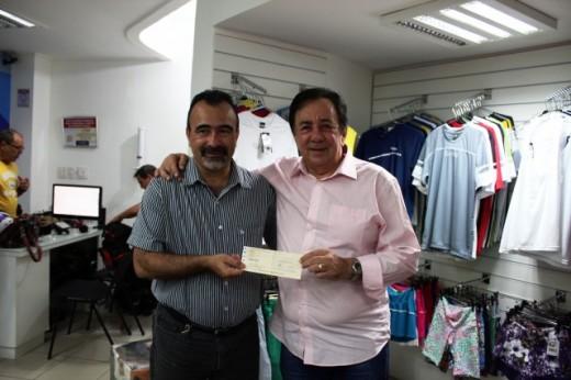 O prefeito Getúlio Neiva (dir) entregou o cheque de R$ 150 mil ao gerente de Futebol do América-TO, Gilmar Braga