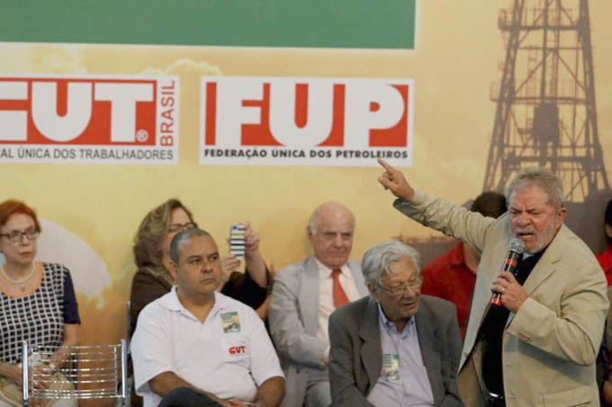 Enquanto Lula chamava a imprensa de golpista por denunciar os demandos na PETROBRAS, a agência de avaliação de risco Moody's rebaixava a classificação da estatal brasileira para receber investimentos