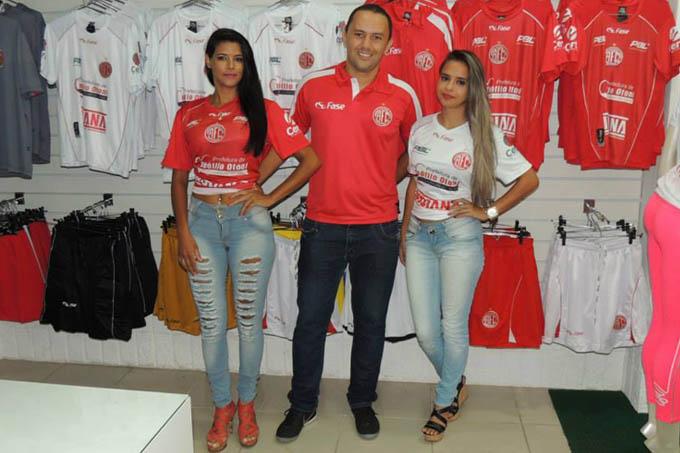 O gerente da Fase Sport, empresa responsável pelo uniforme do América, entre modelos vestindo as camisas vermelha e branca da temporada 2015