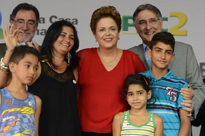 Juntos, a presidenta Dilma, o governador Pimentel e o ministro Patrus Ananias, entregaram uma das residências do conjunto para Karina Silva da Costa, que por sorteio, recebeu a casa toda mobiliada