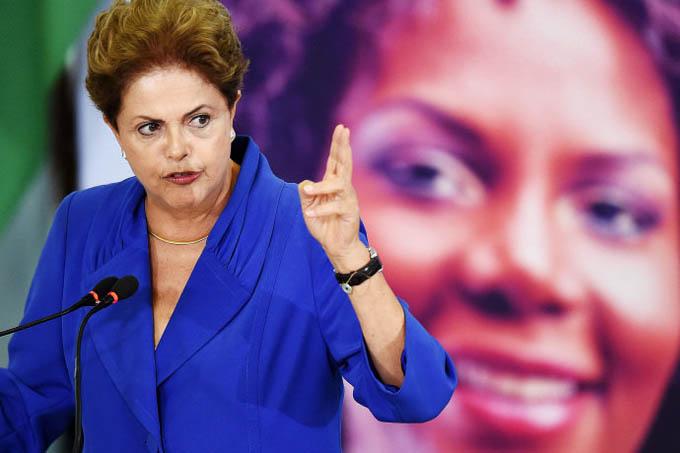 Dilma discursa: pode-se falar a verdade, pode-se falar a mentira... (Evaristo Sa/AFP)
