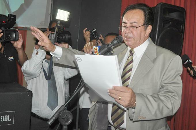 O prefeito Getúlio Neiva (na foto, no seu juramento de posse para o atual mandato) teve os direitos políticos suspensos em decisão da Justiça de primeira instância em Teófilo Otoni (foto: Paraíba)