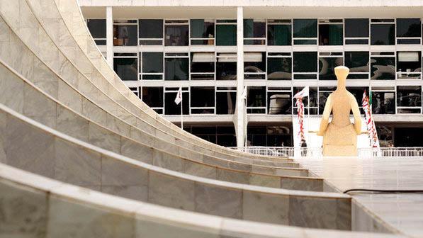 Vista do Palácio do Planalto, a partir da fachada lateral do Supremo Tribunal Federal. Parece que um começou a influenciar o outro (U Dettmar/SCO/STF/VEJA)