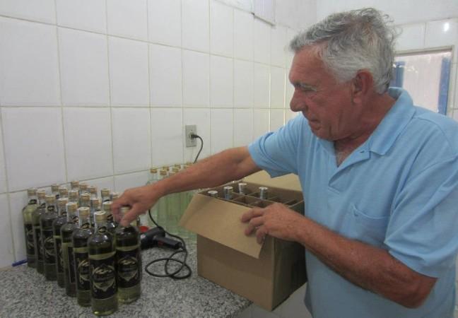 Seu Expedito engarrafando a cachaça Ibituruna – Foto: Divulgação / Alambique Fazenda Itatinga