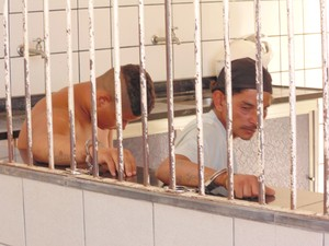 Suspeitos foram detidos desenterrando a droga (Foto: Wilkson Tarres/G1)
