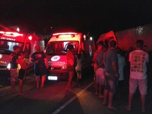 Equipe do SAMU socorreu as vítimas (Foto: Maria Imaculada/PRF)