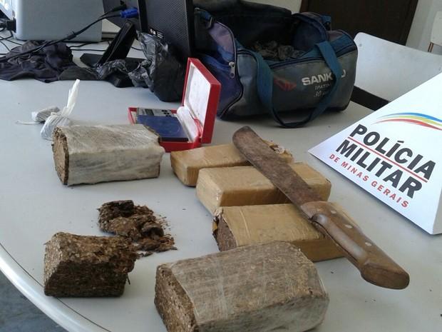 Droga estava escondida dentro de uma bolsa (Foto: Divulgação/PM)