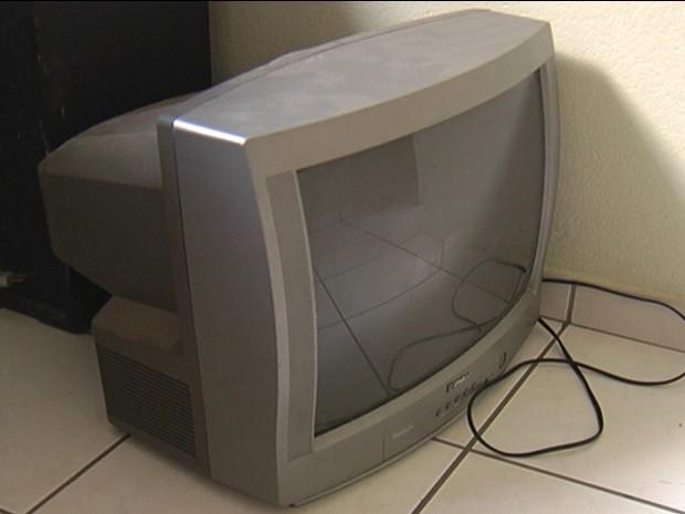 Televisão de 20 polegadas ficou intacta com a queda (Foto: Reprodução/Inter TV dos Vales)