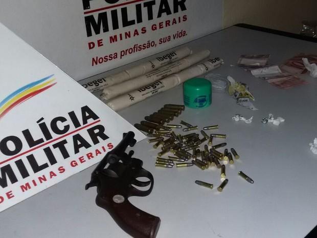 Polícia encontrou o material dentro da casa (Foto: Divulgação/6º BPM)