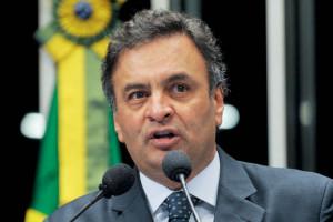 Aécio Neves é senador pelo PSDB-MG. Foi candidato à presidência em 2014 e governador de Minas Gerais entre 2003 e 2010. É formado em Economia pela PUC-MG.