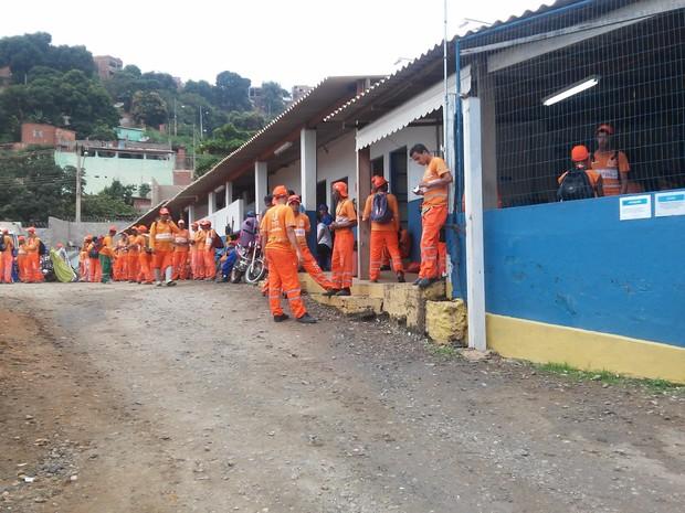Quase 200 funcionários da limpeza urbana paralisaram as atividades Valadares (Foto: Fabiana Conrado/G1)
