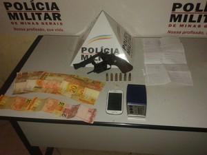 Em Valadares a PM aprendeu, além da arma, drogas, celular e dinheiro. (Foto: Divulgação/6º BPM)