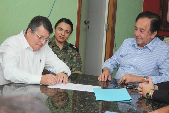 O presidente do CODEMA, Carlos Liesner, assina o termo de posse como presidente reeleito, diante do prefeito Getúlio Neiva