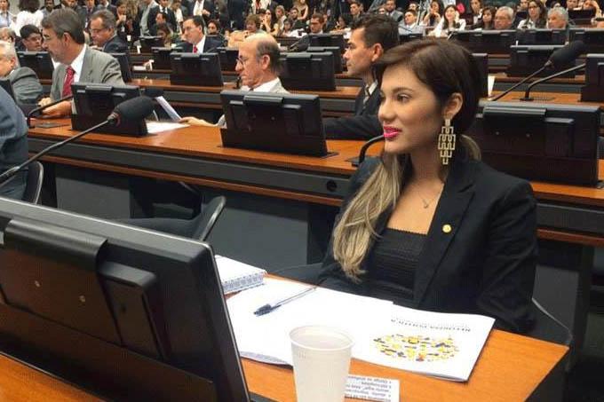 A deputada federal Brunny Gomes no plenário da Câmara dos Deputados, em Brasília
