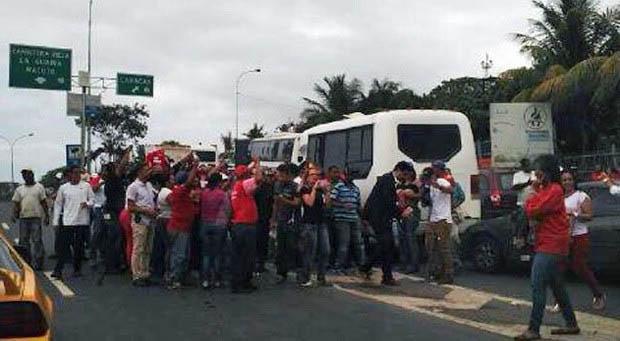 Imagem do micro-ônibus onde estavam os senadores, completamente cercado por manifestantes