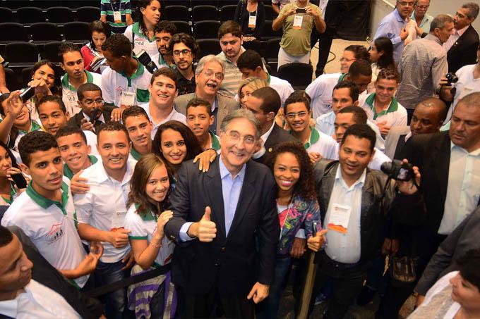 O governador Pimentel posa entre estudantes e outros membros de comitivas participantes do fórum (foto: Wellington Pedro | Imprensa MG)