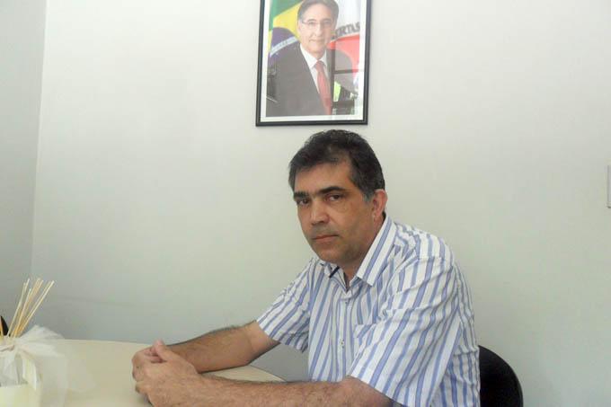 Jorge Arcanjo atendendo em sua sala, no DER, onde despacha como representante do governador Pimentel no Vale do Mucuri