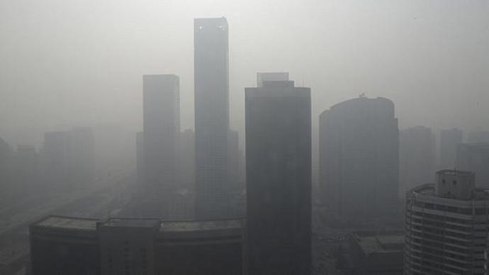 A maioria da população mundial vive com uma poluição em concentrações a 10 microgramas por litro de ar - o máximo aceitável segundo a OMS -, mas em algumas partes da Índia e China esse índice supera os 100 microgramas
