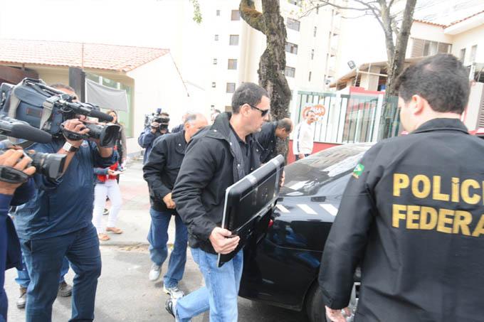 Policiais federais apreenderam, nesta quinta-feira, computadores e documentos no escritório do governador Fernando Pimentel, em BH, e onde funcionou um dos comitês de campanha do petista
