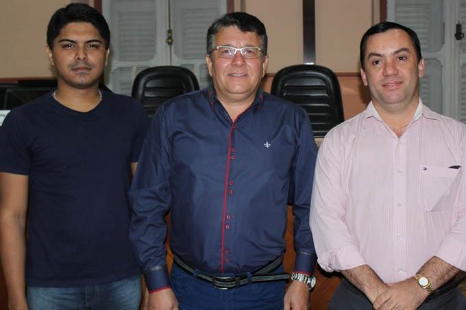 O Presidente reeleito, advogado Carlos Liesner, entre o vice-presidente Felipe Lemos e o secretário, o também advogado Jomar Oliveira