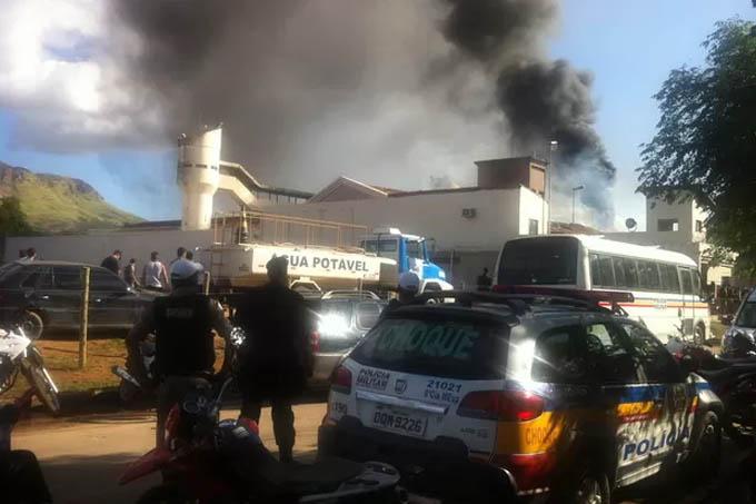 Durante a rebeliao a fumaça provocada por fogo nos colchões era vista de longe (Foto: Fabiana Conrado/ G1)