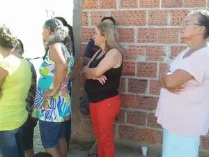 Parentes à espera de noticiais (Foto: Fabiana Conrado/ G1)