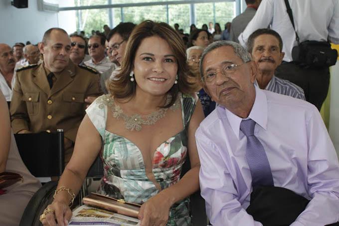 A agora ex-prefeita Fabiany Ferraz e o seu vice, Dr. Manfredo Pereira, durante a posse em 1º de janeiro de 2013