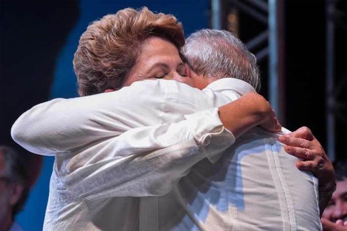 No Dia do Amigo a presidenta publicou em seu facebook uma foto em que aparece abraçada ao ex-presidente Lula