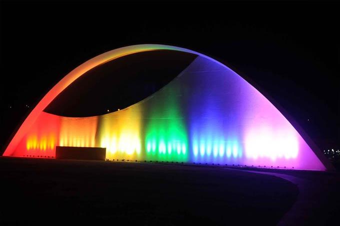 Auditório JK, na Cidade Administrativa, iluminado com as cores do arco-íris (Osvaldo Afonso/Imprensa MG)