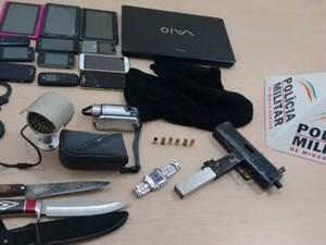 PM apreendeu submetralhadora, munição e touca (Foto: Polícia Militar)