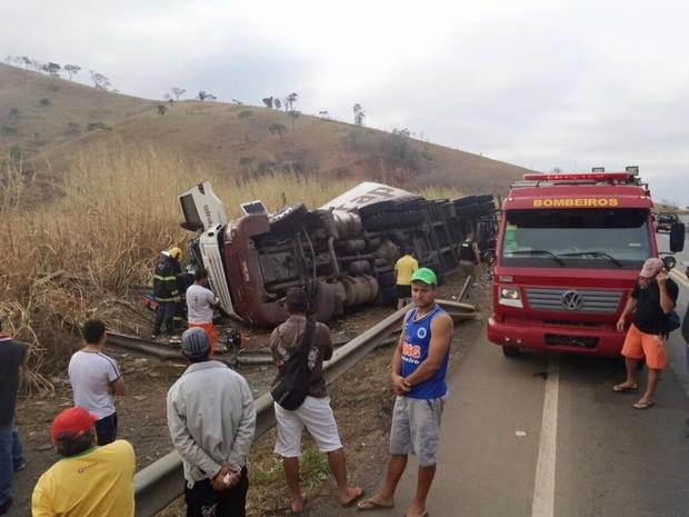 Motorista perdeu o controle da carreta em uma descida (Foto: Divulgação/Bombeiros)
