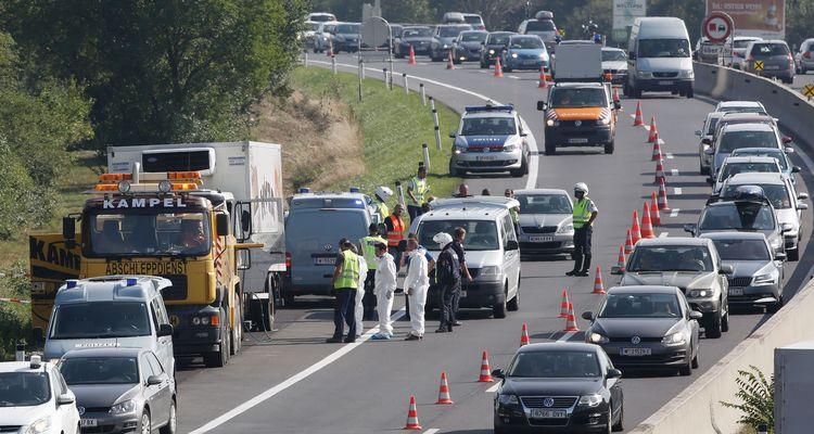 71 mortos foram encontrados em um caminhão abandonado no leste da Áustria; três pessoas foram detidas na Hungria para a investigação (foto: AFP PHOTO / DIETER NAGL )