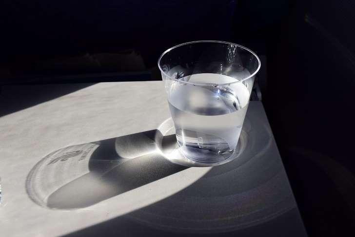 Beber oito copos de água por dia é ou não saudável?