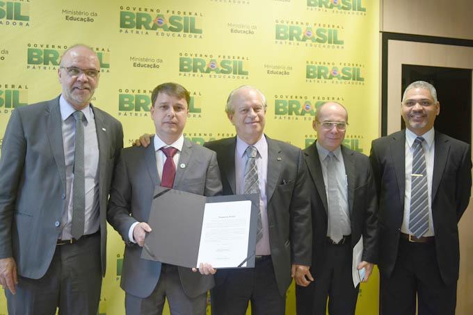 Luiz Cláudio Costa; secretário de Educação Superior do MEC, Jesualdo Farias; e vice-reitor eleito da UFVJM, professor Cláudio Eduardo Rodrigues