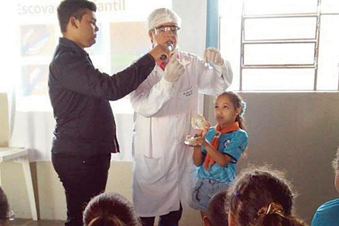 Ao lado do assessor Sávio, o Dr. Gilson procurou ensinar aos aventureiros a melhor forma de cuidar da saúde oral para prevenir cáries e outras doenças bucais