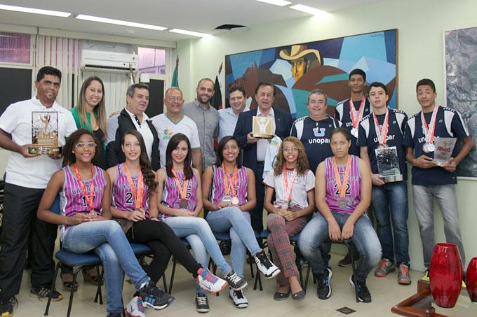 Os alunos-atletas e professores participantes da etapa estadual dos Jogos Escolares de Minas Gerais foram recebidos na sexta-feira (14/8) pelo prefeito Getúlio Neiva em seu gabinete