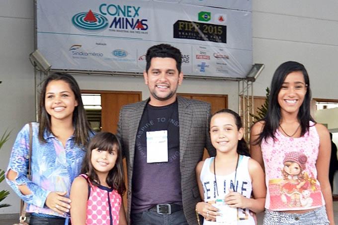 O cantor Léo Magalhães em visita à Conex Minas 2015