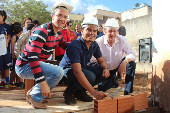 Colocação do primeiro tijolo do prédio, pelas mãos do presidente da UETO, Felipe Lemos, entre o vereador Thalles Contão e o prefeito Getúlio Neiva (foto: Gabriel Martins ASCOM PMTO)