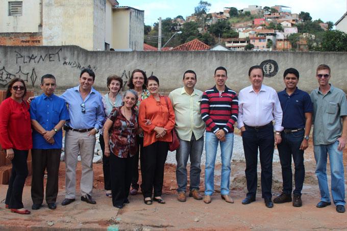 Autoridades presentes ao lançamento da pedra fundamental do prédio da nova sede da UETO